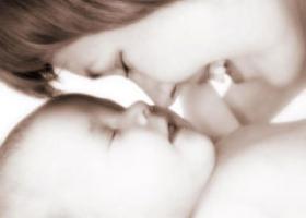 Povestea extraordinara a mamei care si-a inviat copilul prin imbratisari si dragoste