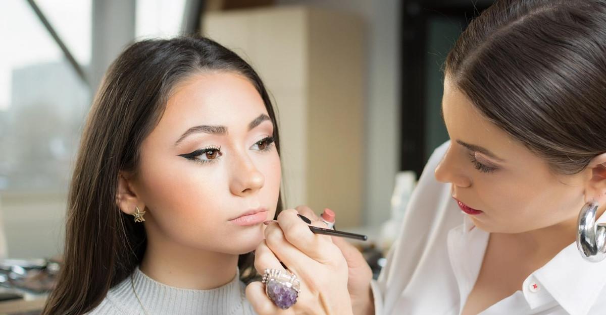 Machiaj în culorile anului 2021 sau cum să integrezi galben și gri în rutina ta de make-up