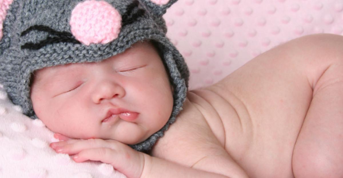 Au filmat somnul bebelusului lor, iar ceea ce au descoperit i-a ULUIT. Ce facea copilul?