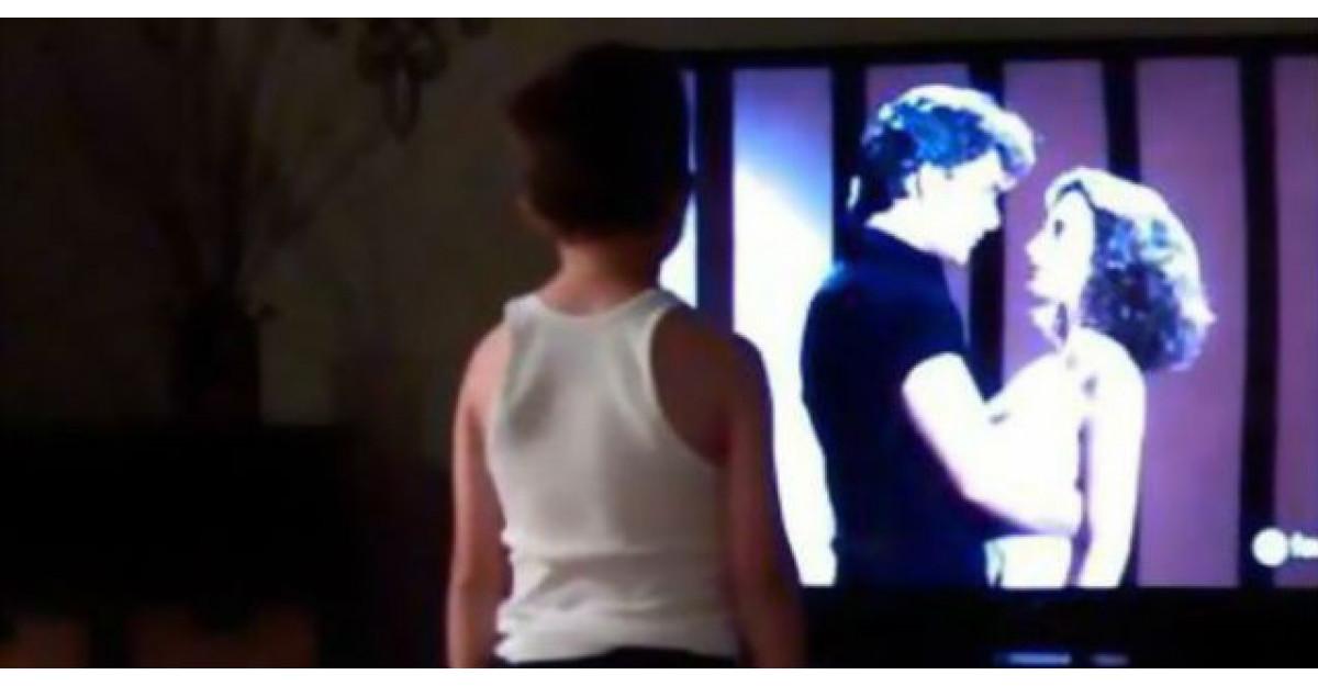 Video: Se uita la filmul lui preferat. Cand incepe melodia el face asta si toata lumea ramane fara cuvinte
