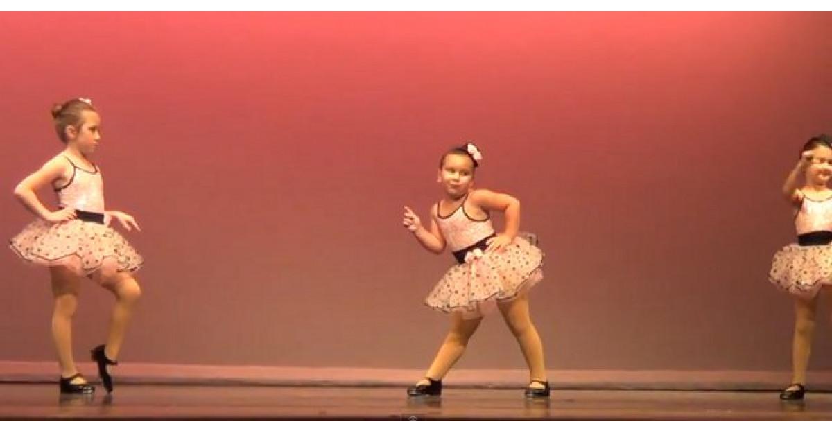 Video: Aceste balerine incep sa danseze la un spectacol. Apoi fetita din mijloc face ASTA