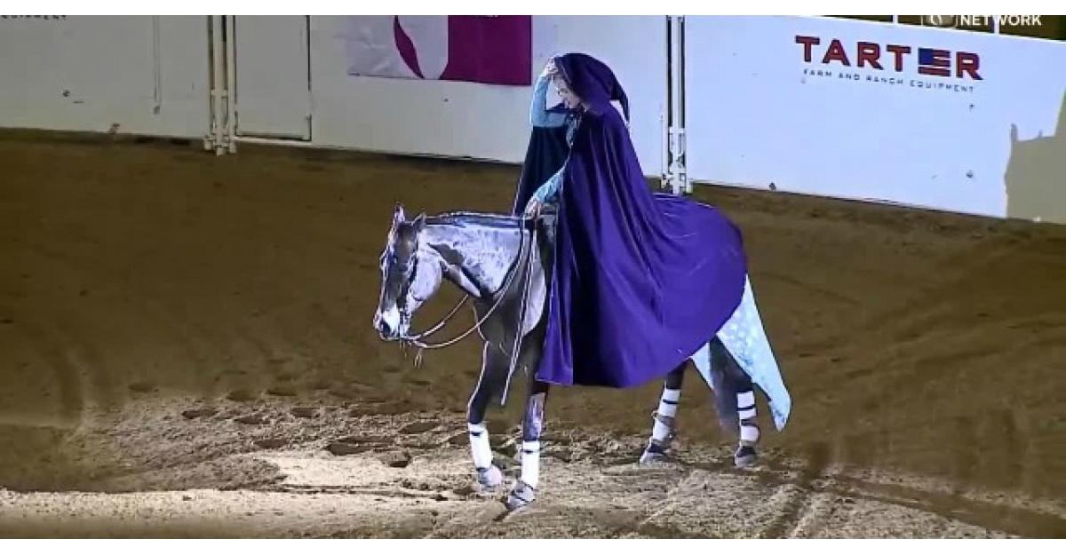 Video: Intra in arena calare pe un cal. Cand renunta la pelerina, toti raman FARA CUVINTE
