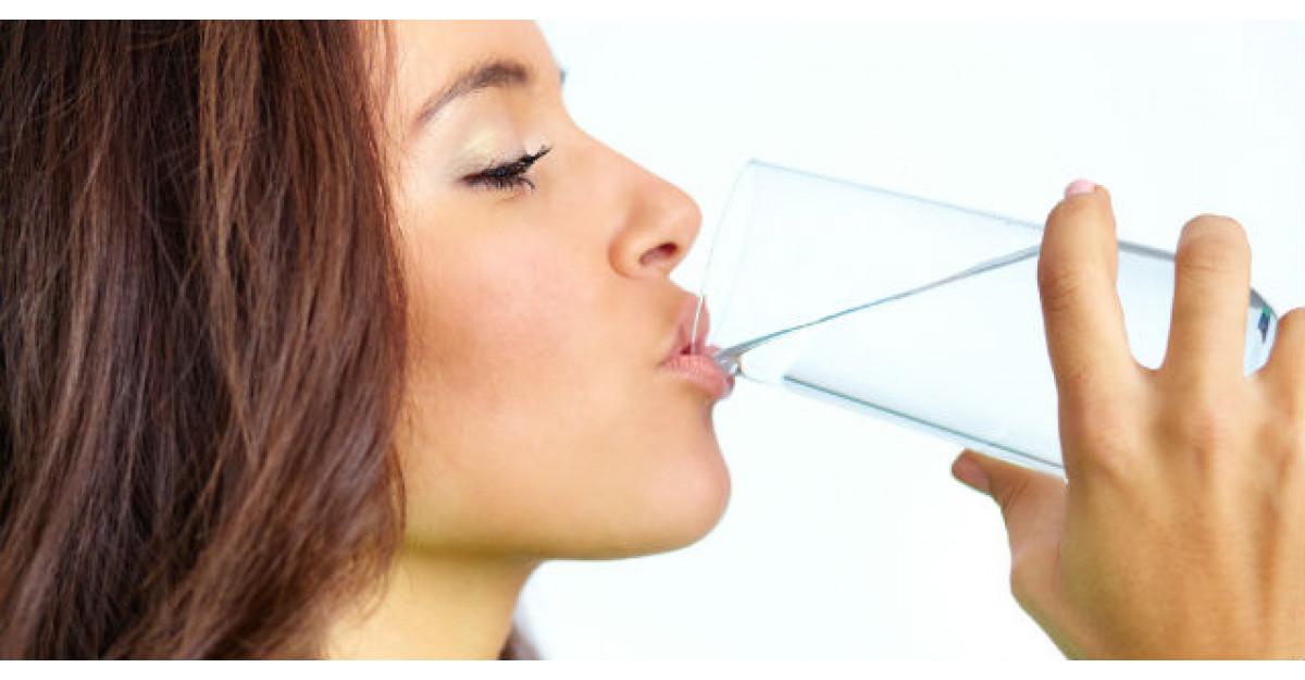 Este sanatos sa bei apa in timp ce mananci? Afla ce spun specialistii