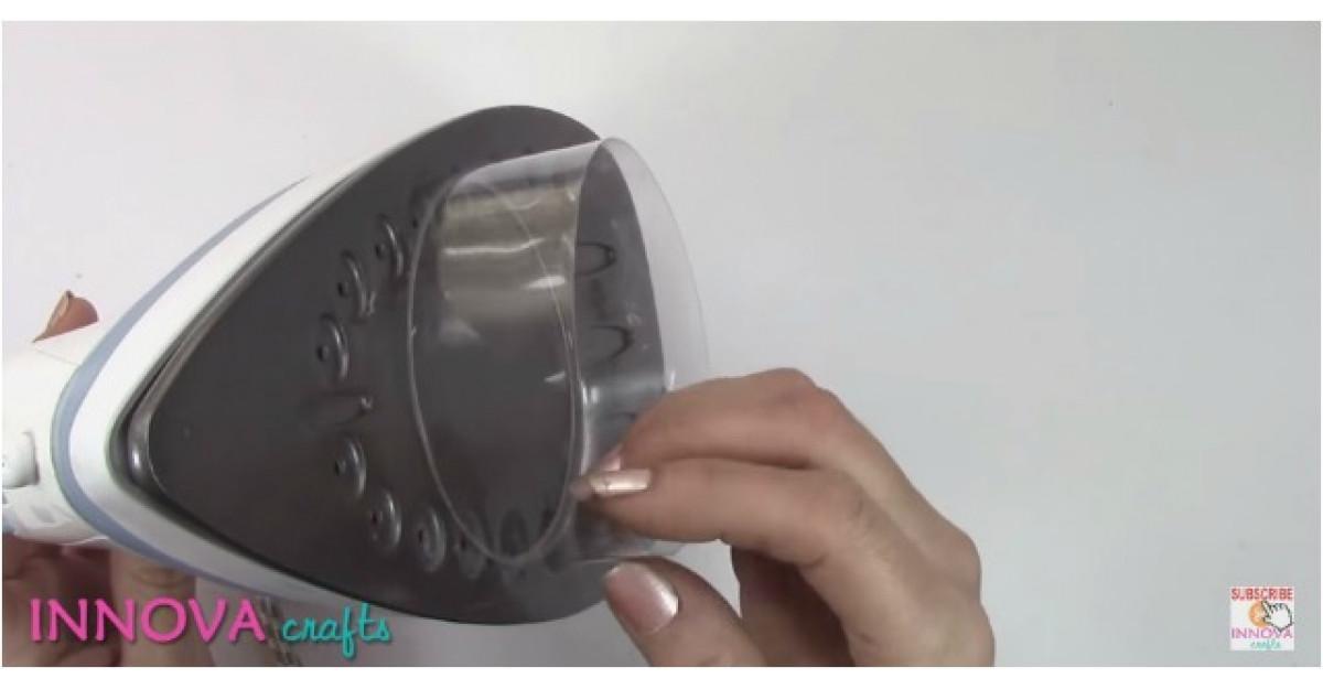 Video: Pune o bucata dintr-un PET pe fierul de calcat incins. Ce face apoi? SUPERB