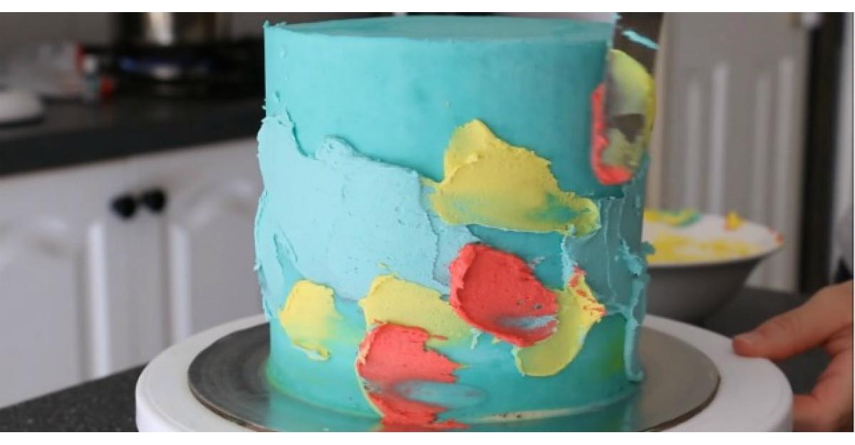 Incepe sa adauge frisca colorata pe blatul de tort. Ce urmeaza? INCREDIBIL
