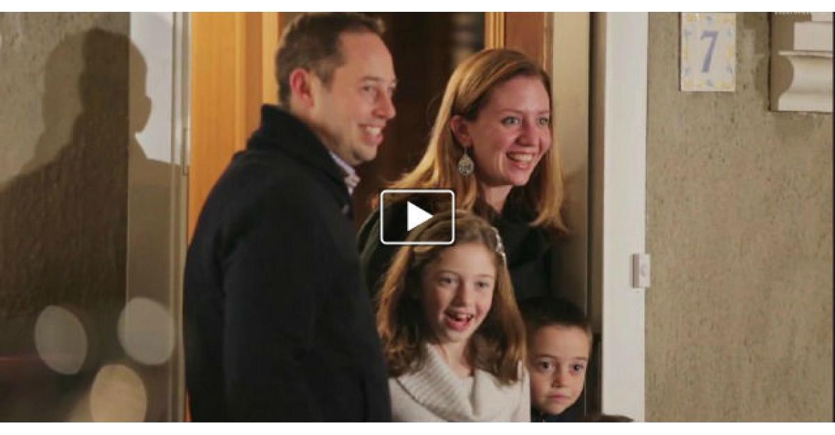 Video: Aceasta familie deschide usa pentru colindatori. Copiii au parte de SURPRIZA VIETII lor