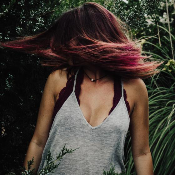 Cum să îți vopsești părul cu șuvițe colorate: ce nuanțe de păr șuvițat se poartă