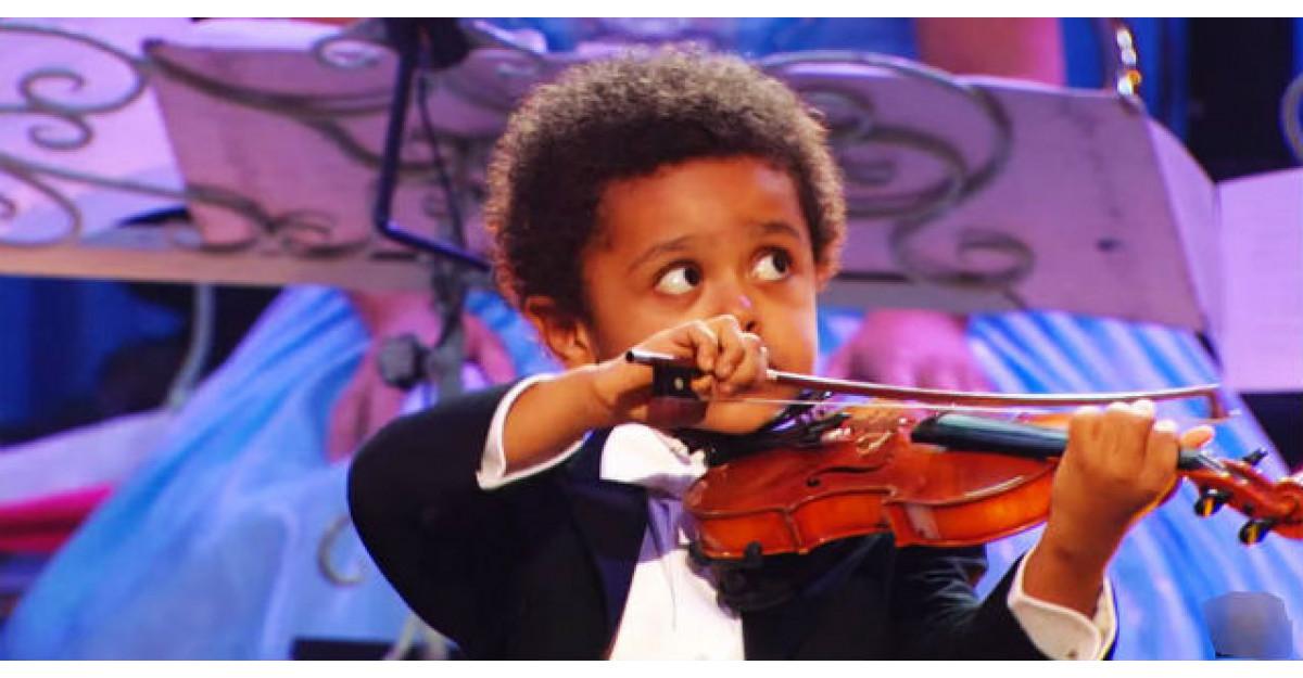 Video: Are doar cinci anisori! Cand incepe sa cante la vioara, spectatorii raman fara cuvinte