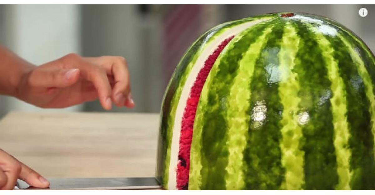 Video: Arata ca un pepene rosu obisnuit. Acum UITE ce se intampla cand il taie