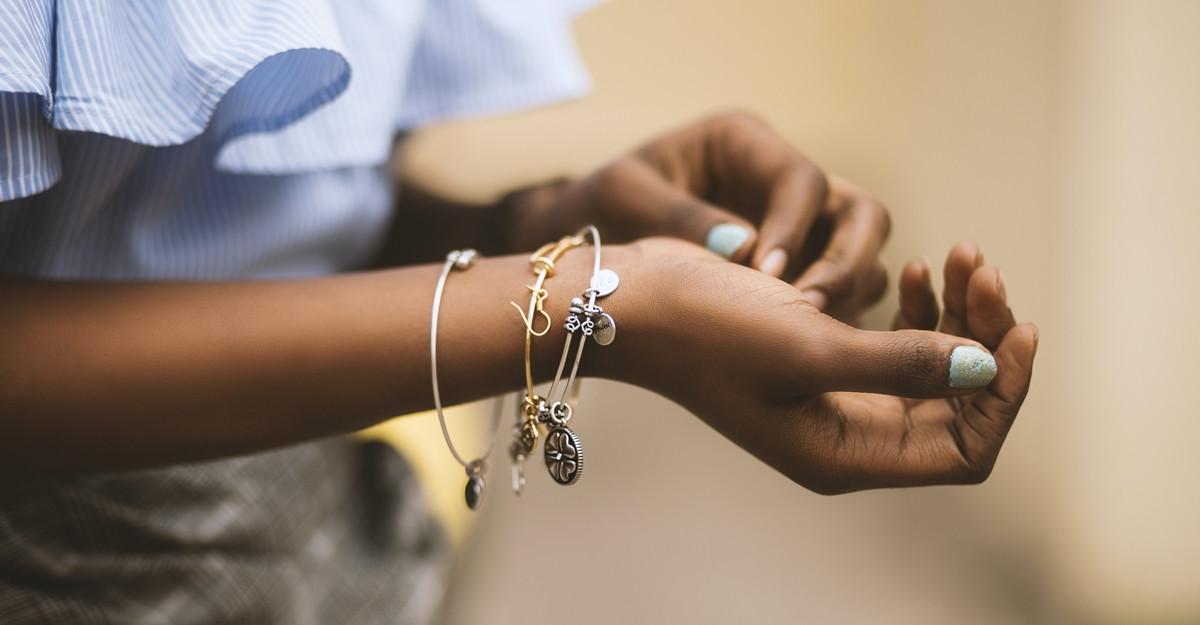 Cum combini diferite tipuri de bijuterii pentru un aspect elegant
