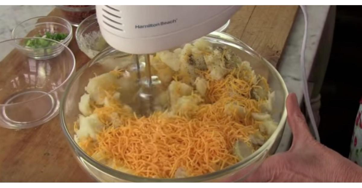 Video: Mixeaza cartofii cu cascavalul ras! Cel mai simplu truc pentru cea mai buna reteta de cartofi