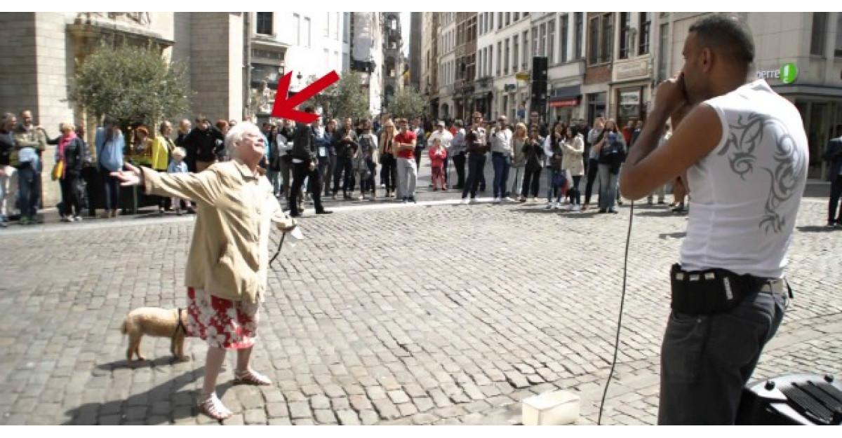 Video: O batranica se opreste in centrul unei piete si face ASTA. Toata lumea ramane socata