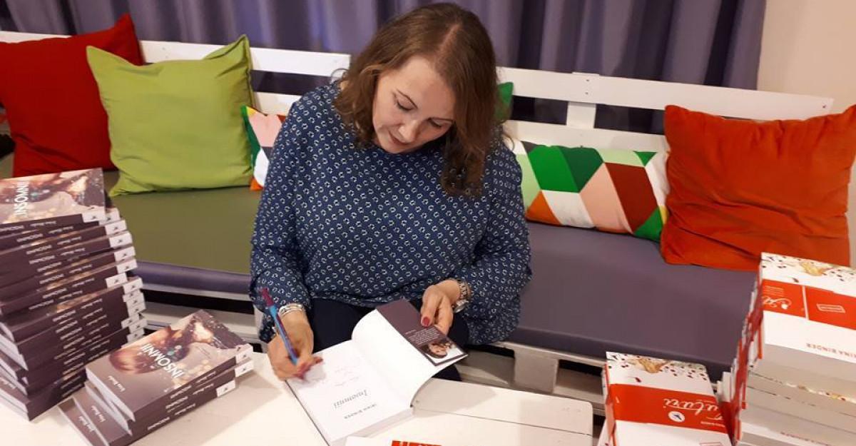 Străinul de lângă mine, cel mai nou roman semnat de Irina Binder, poate fi comandat începand de astăzi pe Libris.ro