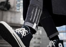 Blugii crop până la gleznă cu șosete și ciorapi cu model la vedere