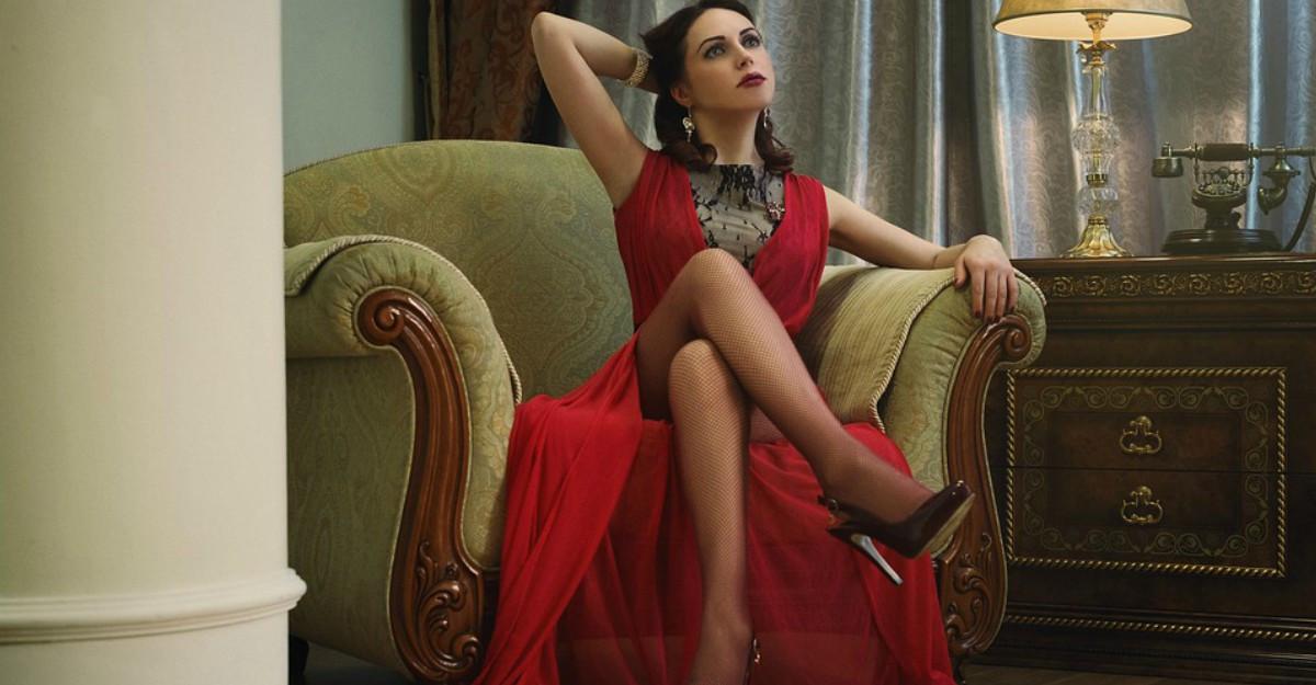 4 rochii elegante de seară bordo spectaculoase