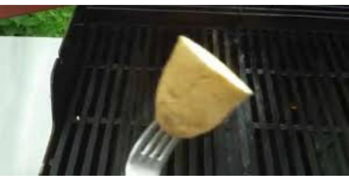 Video: Ia un cartof si il da pe gratar. Motivul? Este GENIAL