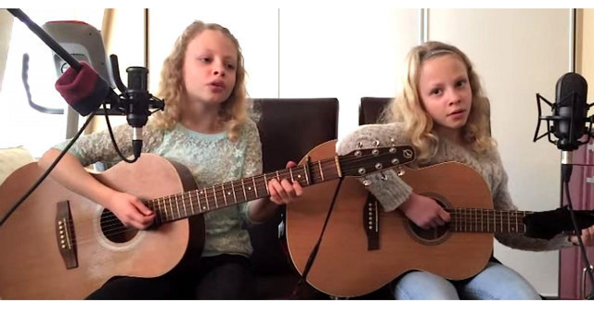 Video: Gemenele incep sa cante, insa uita-te cu atentie ce face fata din dreapta. INCREDIBIL
