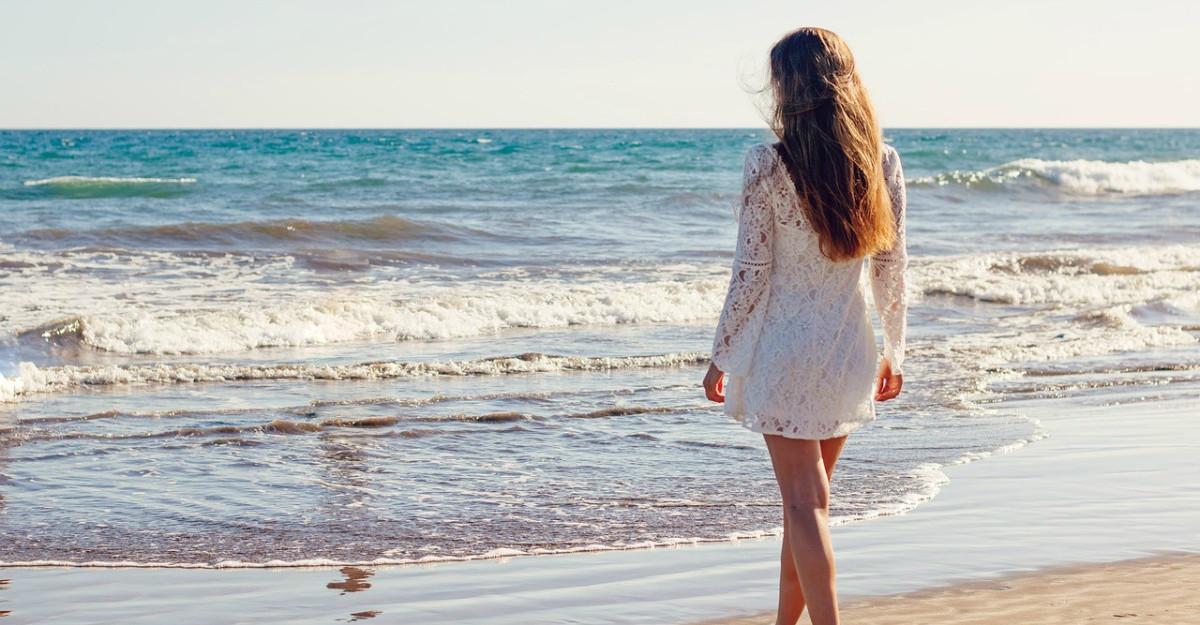 Admiră răsăritul la mare într-o rochie de plajă deosebită: 7 propuneri cu modele superbe