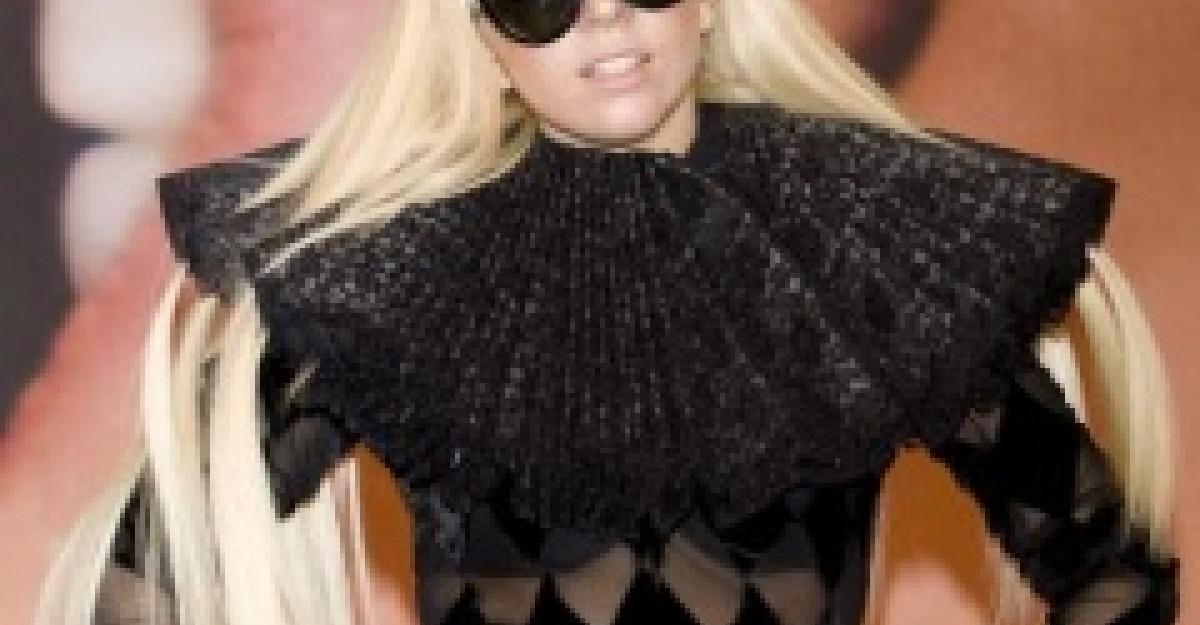 Video: Gaga socheaza in cel mai straniu mod