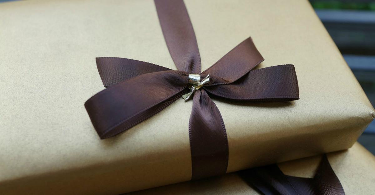 Cum să alegi și să împachetezi cadoul pentru bărbatul iubit