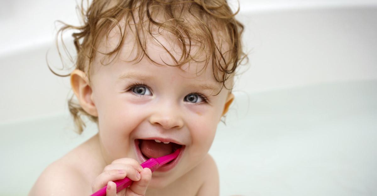 Când erup și cum îngrijim dințișorii bebelușului