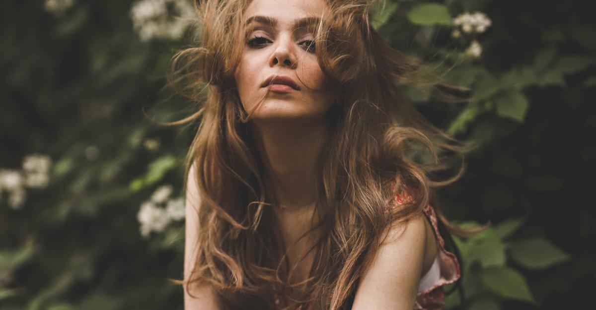 Cum poți adăuga volum părului lung: trucuri de îngrijire și tunsori recomandate