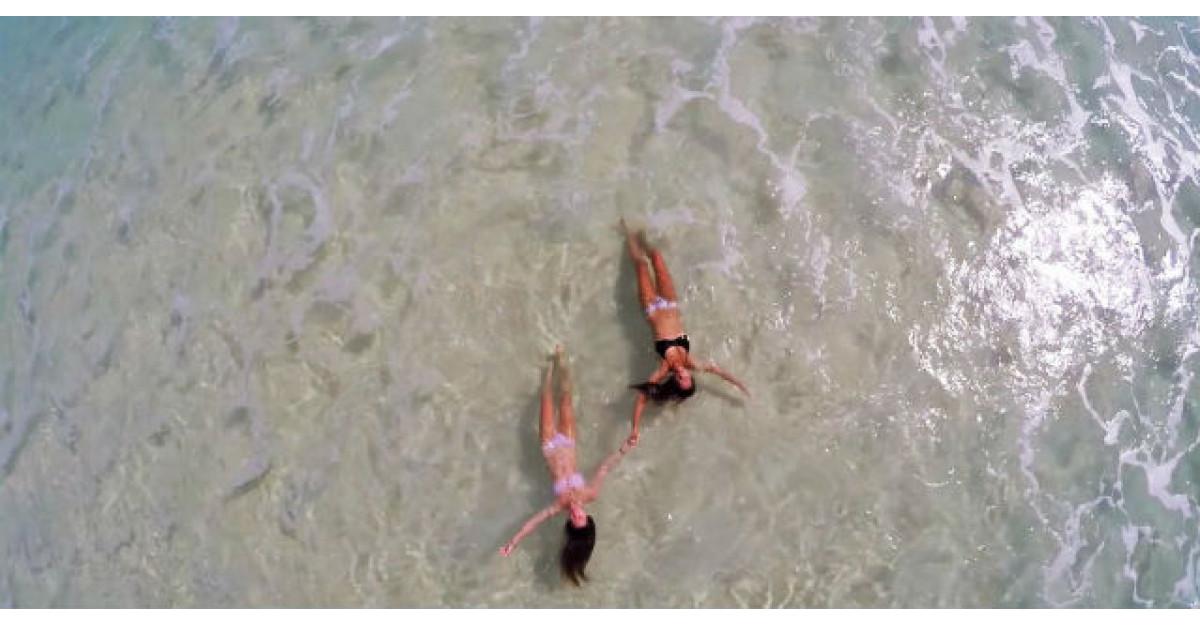 Video: El ghideaza o drona deasupra unei plaje. Ce a surprins? Nu am vazut niciodata asa ceva