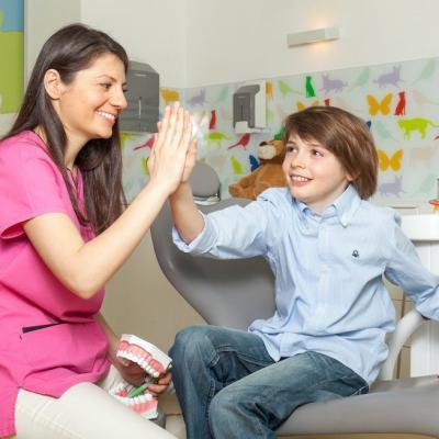 Aparatul dentar mobil la copii – ce beneficii are și cum se întreține corect