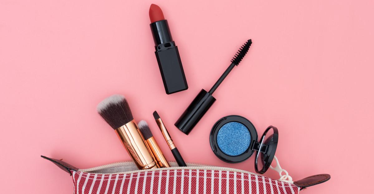 5 produse de make-up care nu trebuie să-ți lipsească din geantă