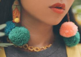Accesorii cu ciucuri mari și haine cu franjuri care adaugă culoare ținutei