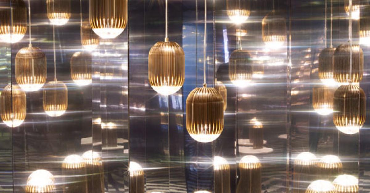 Salonul International de Mobila de la Milano: lampa Fin, semnata Tom Dixon