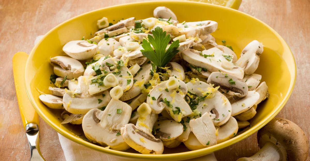 Salata de ciuperci cu usturoi: o gustare usoara si sanatoasa