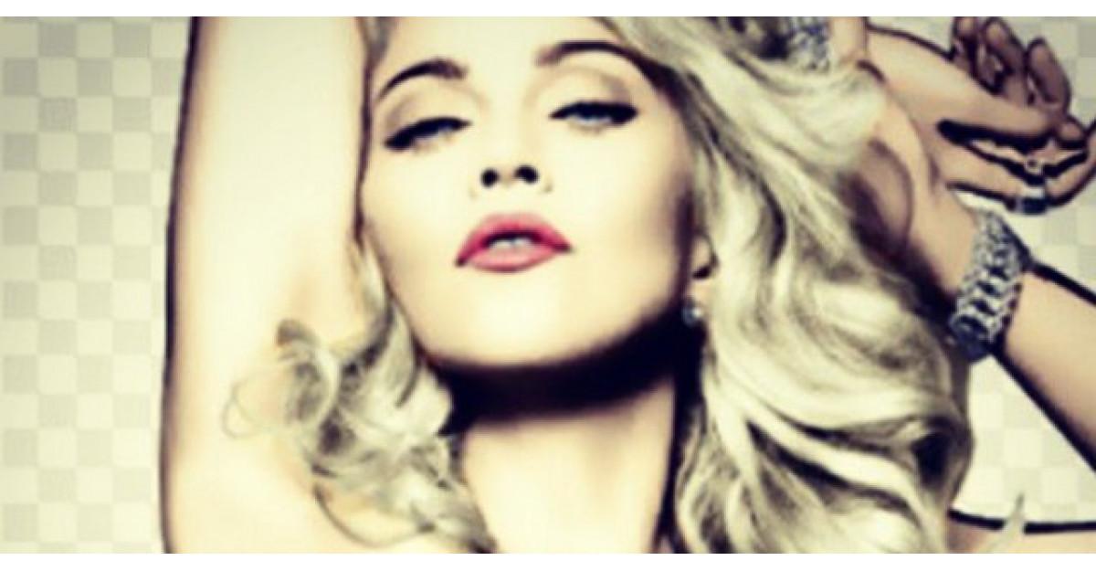 Foto: Madonna a pozat topless la 56 de ani. Si-a pus silicoane?