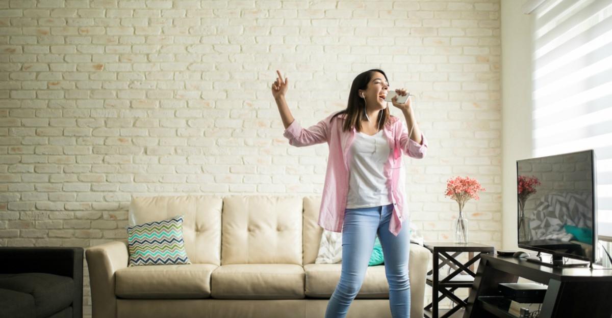 4 activități distractive pe care le poți face de una singură acasă