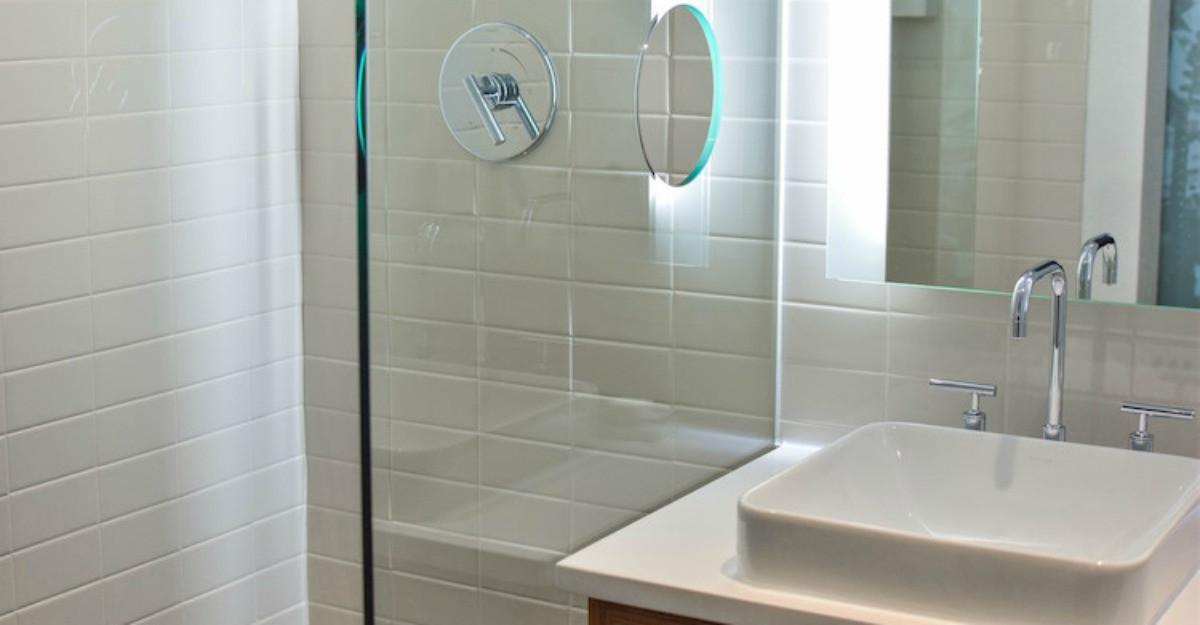 Câteva schimbări esențiale pentru a face o baie să pară mai mare