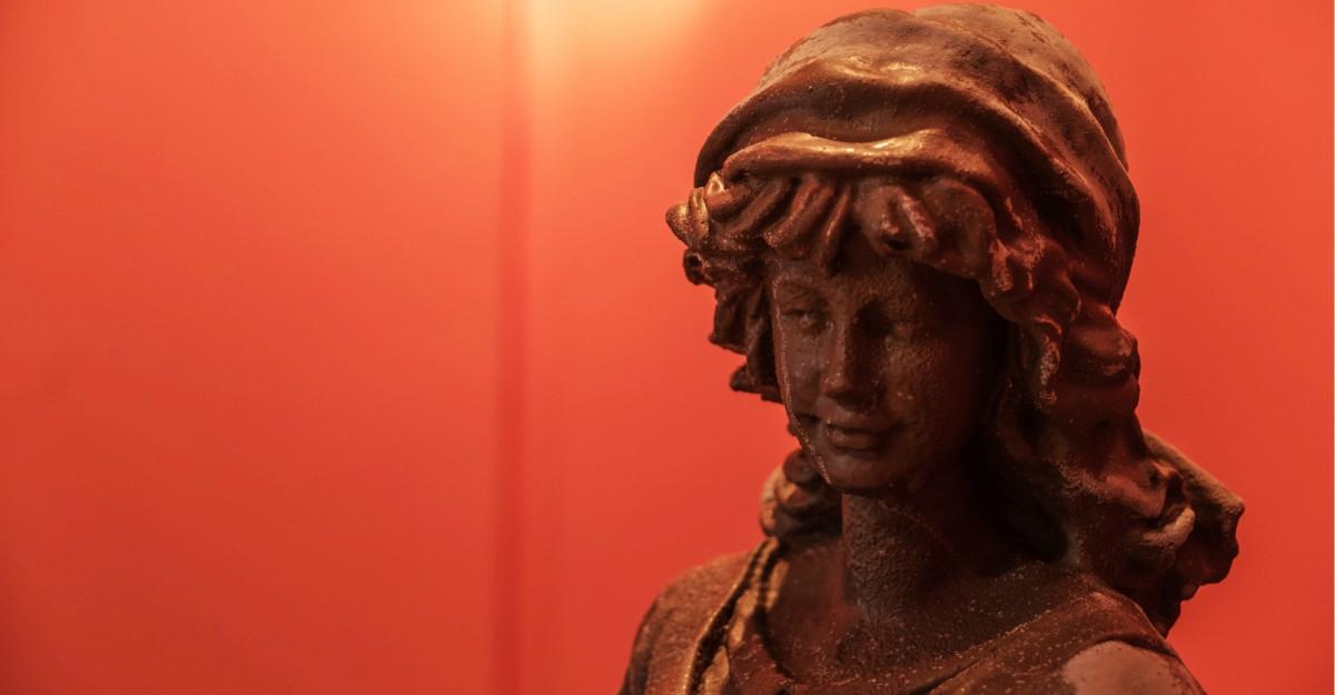 Când design-ul întâlnește ciocolata: zeițe grecești sculptate în ciocolată expuse la Mega Mall