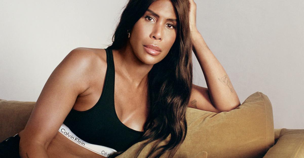 Calvin Klein sărbătorește momentele definitorii ale călătoriei LGBTQIA +cu campania #proudinmycalvins