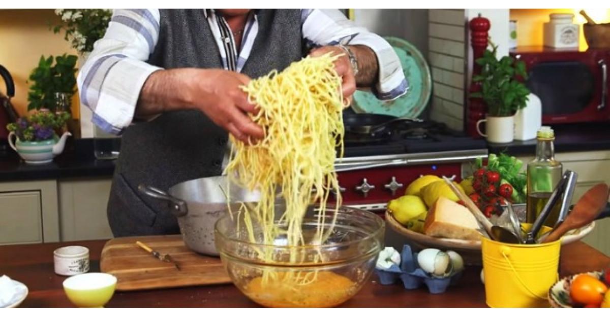 Video: Adauga pastele fierte intr-un bol cu oua batute. As manca ASTA in fiecare zi