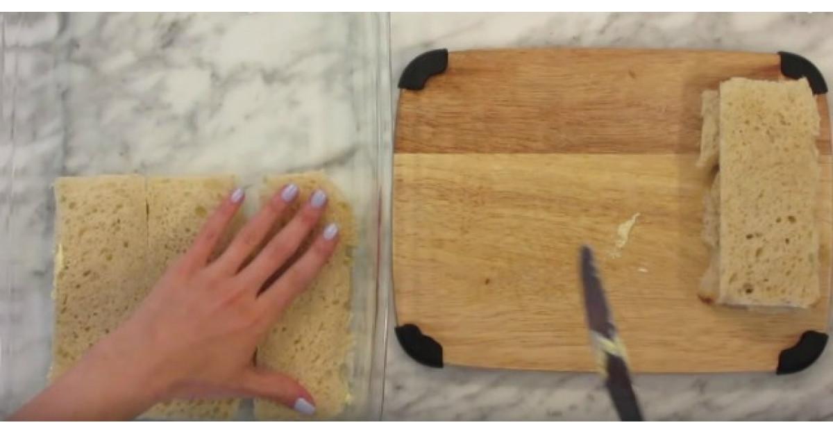 Adauga painea feliata pe fundul unei tavi. Trebuie sa incercam si noi asta imediat