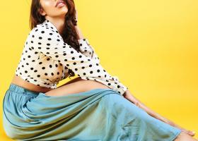 Fuste lungi cu crăpătură: modele de fuste maxi cu șliț, din țesături sexy