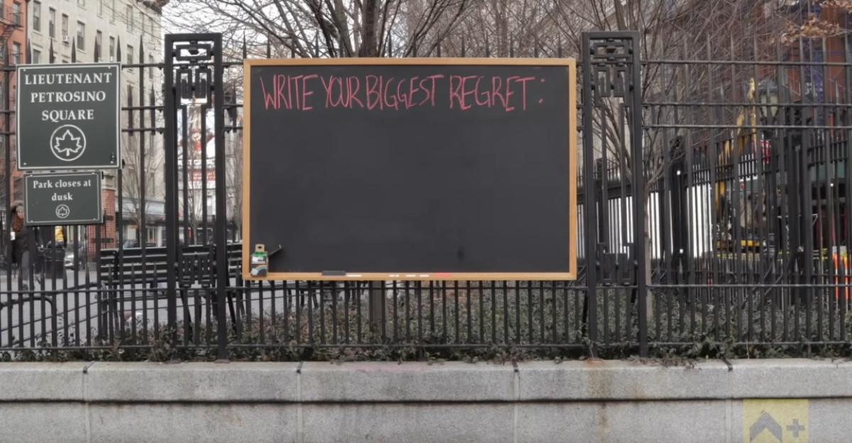 Trecătorii au scris pe această tablă cele mai mari regrete ale lor. Ghiciți care sunt?