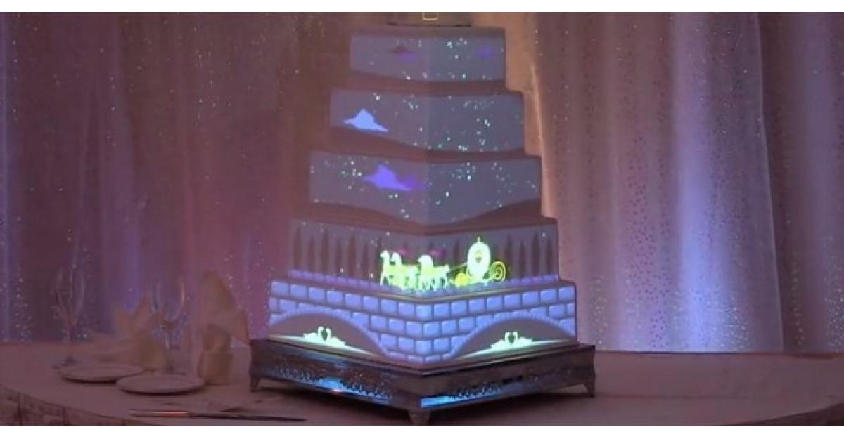 Video: Acest tort de nunta nu are nicio decoratiune. Insa priviti ce se intampla cand se sting luminile