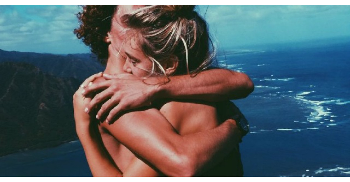 Lucrul INCREDIBIL care se intampla atunci cand un barbat imbratiseaza o femeie