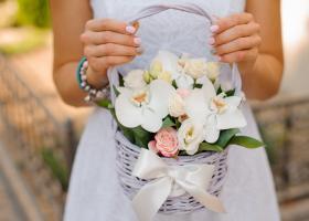 Cosul cu flori: cadoul ideal pentru femeile din viata ta!