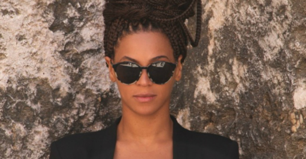 Ups! Beyonce a photoshopat o poza pentru a parea mai slaba. Imaginea a devenit virala