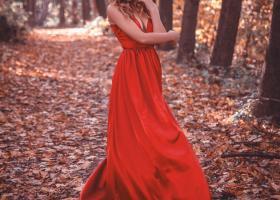 Rochii lungi maxi ample în culori tari în toamna asta pentru un look chic