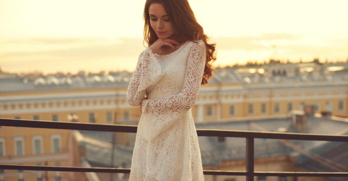 Dulcele stil clasic: rochii albe din dantelă pentru cununia civilă