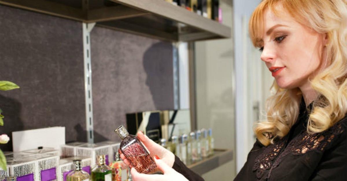 Cum deosebesti un parfum original de unul contrafacut. 10 metode care nu dau gres