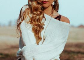 Părul decolorat la vârfuri are nevoie de extra îngrijire cu măști speciale