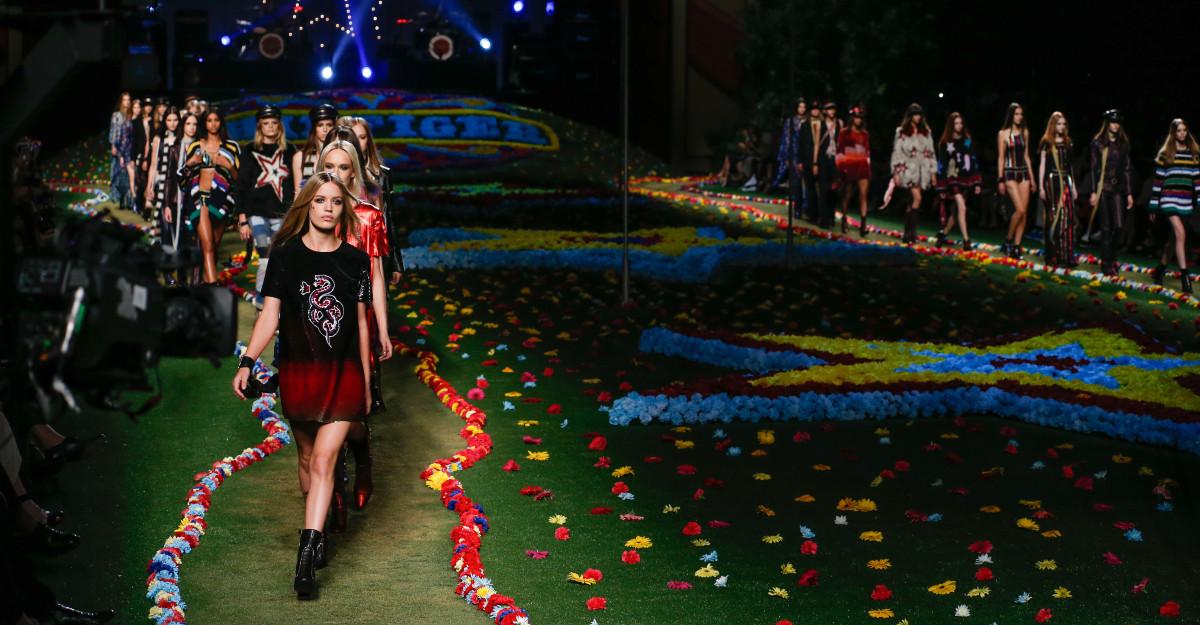 Articole vestimentare și accesorii de la Tommy Hilfiger și Karl Lagerfeld